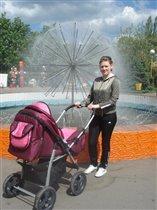 в парке у фонтана,гуляла мама с дочкой...