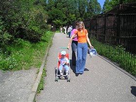 Илюша (1 год) с мамой в зоопарке