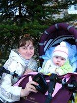 Мы с Машуней на прогулке, любуемся золотой осенью)