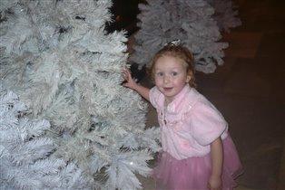 золушка прячется под елкой
