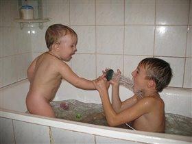 Ваня с братом Андреем купаются.