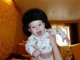 Шипустик примеряет папину шапку!)