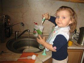 С понедельника помогаю маме мыть посуду