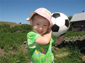 Теперь я настоящий футболист!Папа мне мяч подарил!