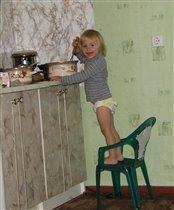 Помогаю маме приготовить картофельное пюре.