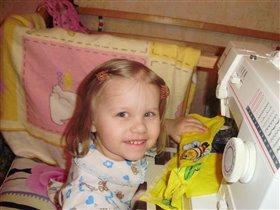 рукодельница!! помогает маме шить фартук для куклы