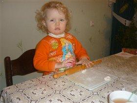 Двухлетняя помощница Арина