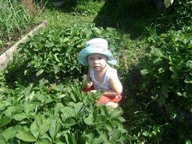 Дашенька помогает маме в борьбе с сорняком