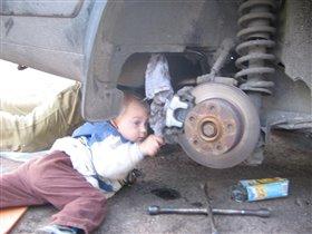 Я с папой ремонтирую машину