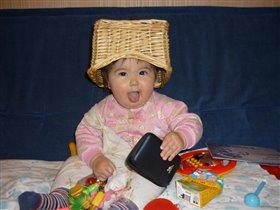 моя корзинка стала шапкой)))