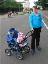 Молодая мама встала на ролики.