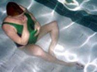 На занятиях в бассейне