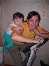 Мы вместе с сыночком занимаемся на велотренажере
