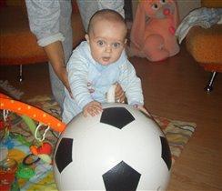 Вот так фото! Я с мячом! Буду главным вратарем!!!