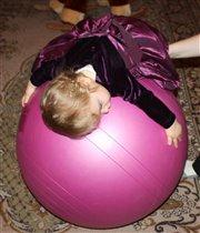 Девочка на шаре!