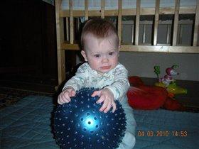 Малышка и круглый ежик:)