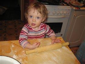 помогаем бабушке печь пирог!