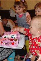 Хватит фото, торт пора есть!