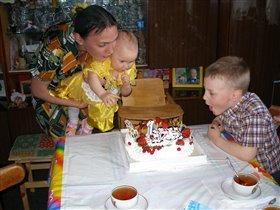 Ой, какой большой тортик! А свеча всего одна.