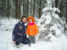 c мамой в зимнем лесу.