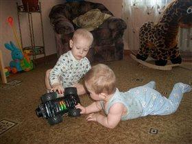Учим младшенького разбирать машинки