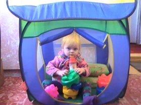 Лизочка в палатке.