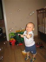 Мыльные пузыри ловить очень весело!