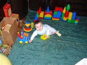 Настенька со своими игрушками. На фото ей 8 месяце