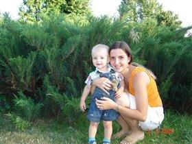 Елисей с мамой в зоопарке