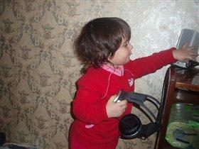 наша малышка разбираеться в техники)))
