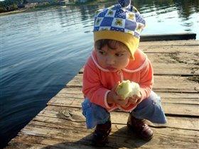 А я яблочки люблю.