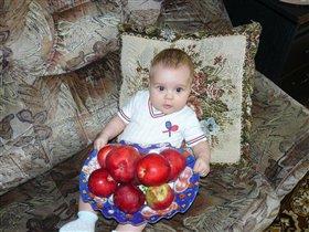 Настеньке 4 месяца и уже можно давать яблочки.