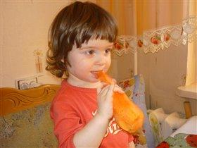 Вот мама морковку дала...не разгрызть...