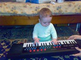 Антон играет