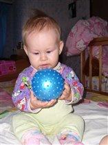С мячом играю я с пеленок