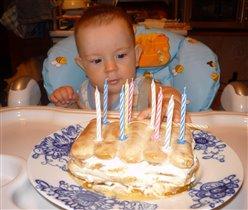 Понавтыкали свечек! До тортика не добраться!!!