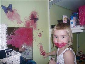 я накрасила губки маминой помадой))))