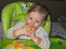 Обожаю яблочки! В них много витаминов!