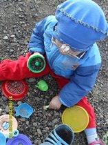 Якупова Айсина играет в песочнице