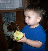 Любимыми яблочками и коника кормлю!