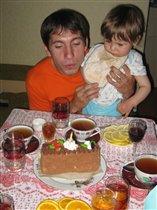 У Данила день рожденье! Мама торт пекла с утра!