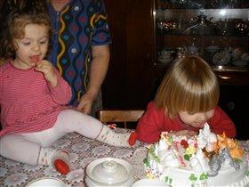 Есении один годик, с другом Пусей пробуют тортик.