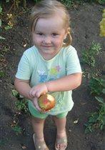 Наша милая Катюша очень любит кушать груши!