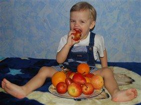 Эх, яблочко, да на тарелочке!