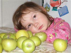 А в деревне у бабушки яблочки вкуснее...