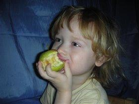 Вкусное яблочко да под любимый мультик...ммм