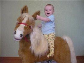 Мне ещё только 7месяцев, а уже катаюсь на лошадке