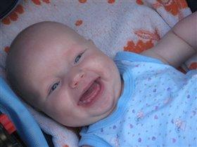 сладкая улыбка,и глазки сияют ))