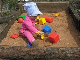 Настена играет в песке...