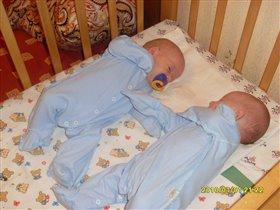 Как сладко с братиком нам спать